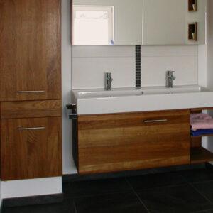 Badmöbel mit integriertem Wäscheabwurfschacht, Material: europäische Eiche